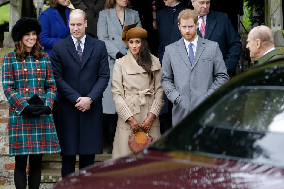Prinz Harry (36, 2. v. r. ) will zur Trauerfeier seines Opas Philip (+99, r.) anreisen. Seine Frau Meghan Markle (39, 3. v. r.) verzichtet.