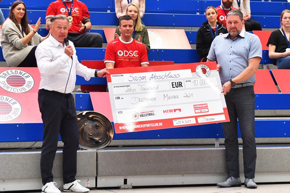 Die Sponsoren Hubert Körner (l.) und Frank Grunze überreichten einen 10.000-Euro-Scheck.