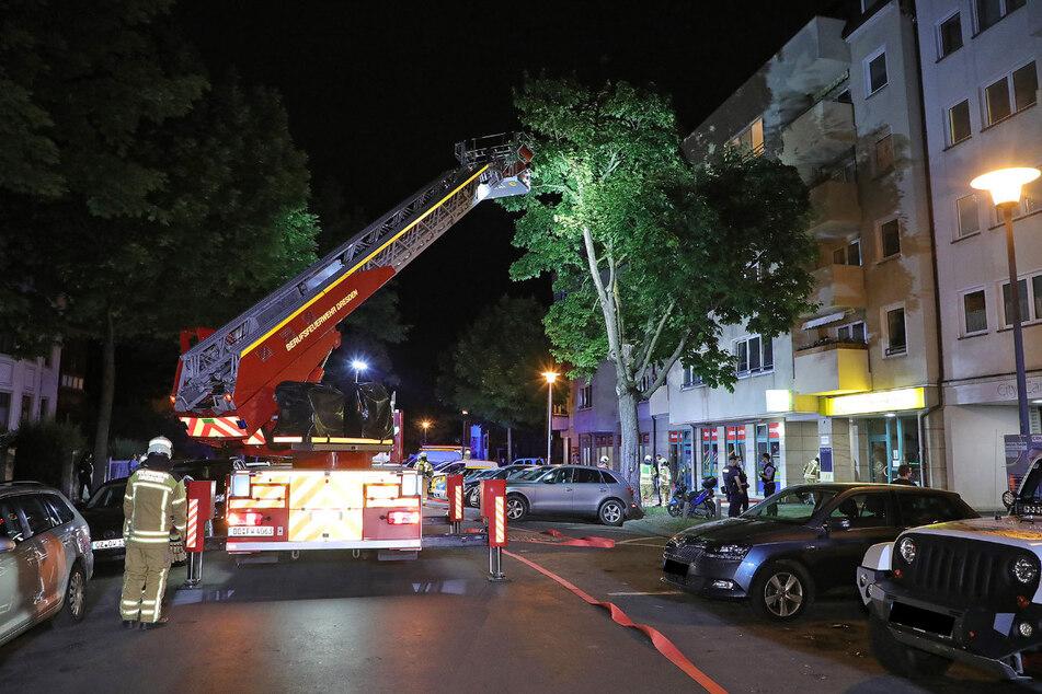 Die Feuerwehrleute konnten den Brand in einem Wohnhaus in der Krenkelstraße in Striesen zügig löschen.