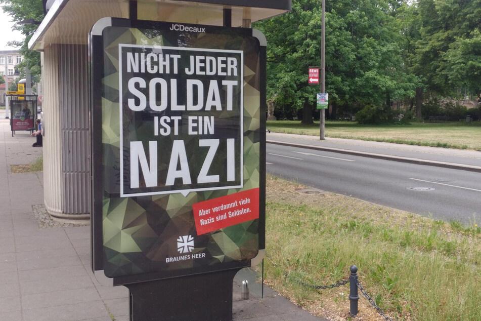 Täuschend echt wirkende Bundeswehr-Plakate tauchten am Wochenende in Dresden auf. Die Botschaften darauf waren alles andere als werbewirksam für die Armee.