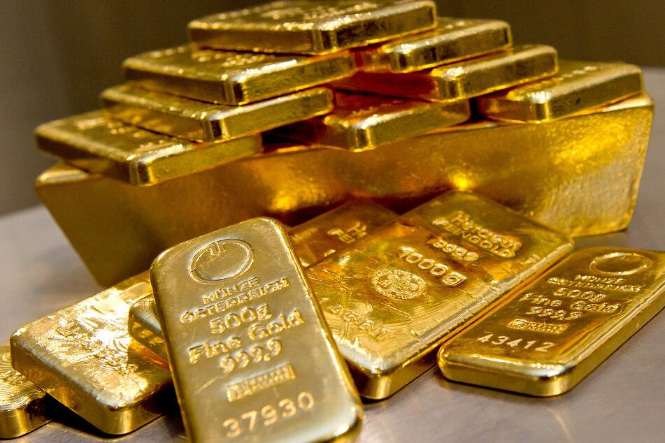 Goldbarren in unterschiedlicher Größe liegen bei einem Goldhändler in einem Tresor