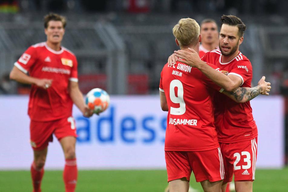 Die Union-Kicker bejubeln den 3:2-Anschlusstreffer gegen Borussia Dortmund.