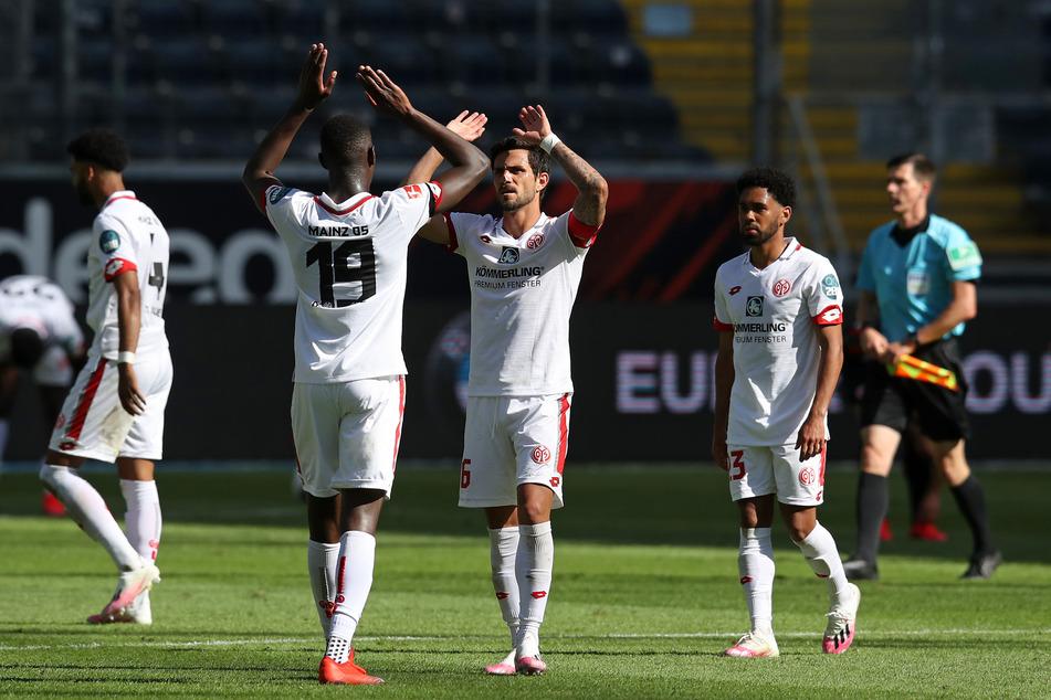 Am Wochenende holten die 05er einen wichtigen Sieg im Abstiegskampf gegen Eintracht Frankfurt. Nun einen gegen Fremdenfeindlichkeit.