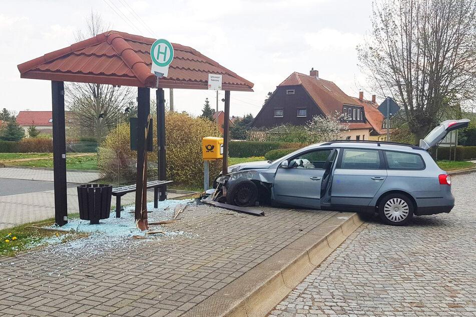 Schwangere Frau kracht mit VW frontal in Haltestelle