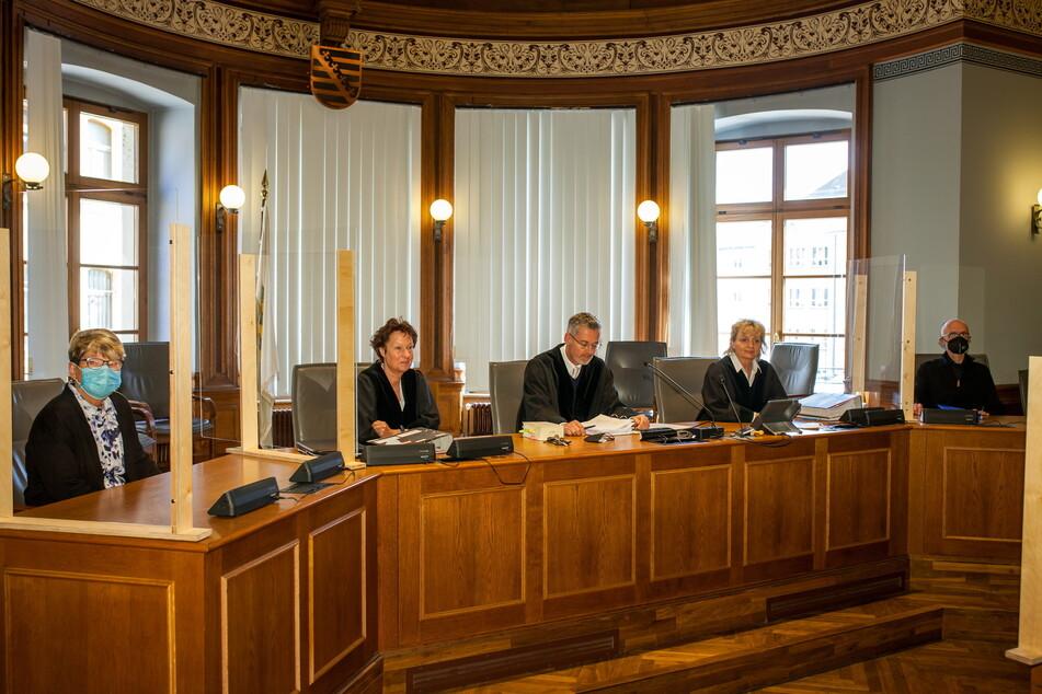 Zum Prozessauftakt am 21. April ahnte noch niemand etwas von der Schwerhörigkeit der Schöffin (ganz links im Foto).