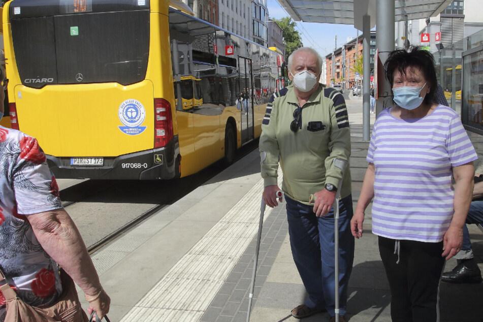 Gerd (69) und Ingrid Lorenz (70) ärgern sich über die kleinen Busse, die für die Linie 90 eingesetzt werden.