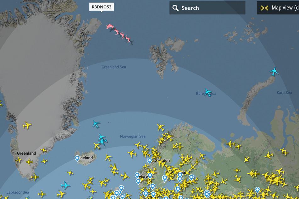 Am oberen Rand des Bildes zwischen Grönland und Island ist der Weihnachtsmann auf dem Weg zu den ersten Kindern, die Weihnachten feiern können.