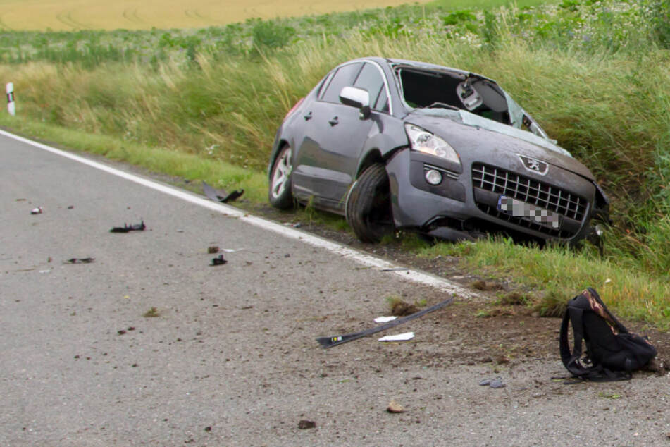 Frau entdeckt Unfall: Fahrer aus Peugeot geschleudert, jede Hilfe kommt letztlich zu spät