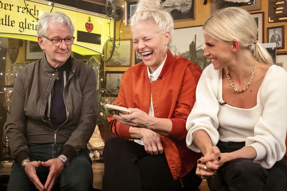Ina Müller (56, Mitte) begrüßt in der letzten Folge ihrer Late-Night-Talk-Show Marcel Reif (71) und Caro Daur (26).