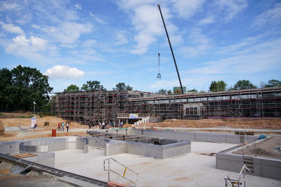 Die Arbeiten für das neue Kombibad in Prohlis liegen im Zeitplan. Der Bäderbetrieb hofft, dort im Herbst Eröffnung feiern zu können.