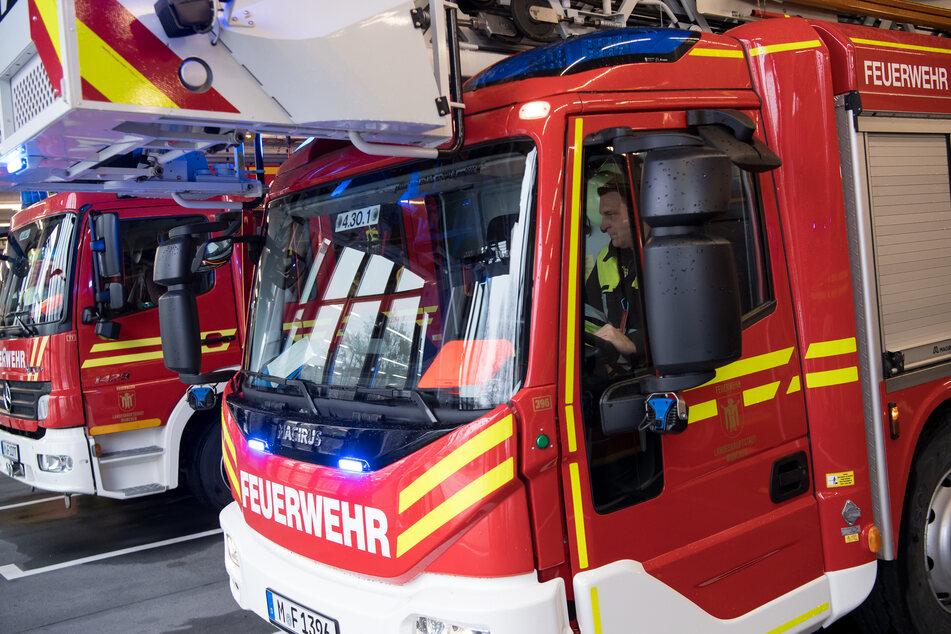 Mit Hilfe einer Drehleiter konnten Rettungskräfte der Feuerwehr zwei Erwachsene und ein einjähriges Kind aus dem brennenden Mehrfamilienhaus befreien. (Symbolfoto)