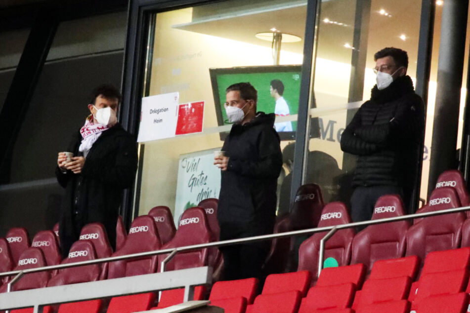 VfB-Marketingchef Jochen Röttgermann (l.), Finanzvorstand Stefan Heim (M.) und Präsident Claus Vogt auf der Tribüne in der Mercedes-Benz Arena.