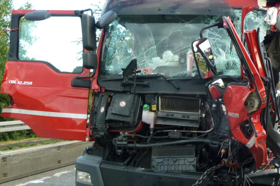 Das Foto zeigt den demolierten Lastwagen nach dem Crash auf der A5 am Donnerstagabend.