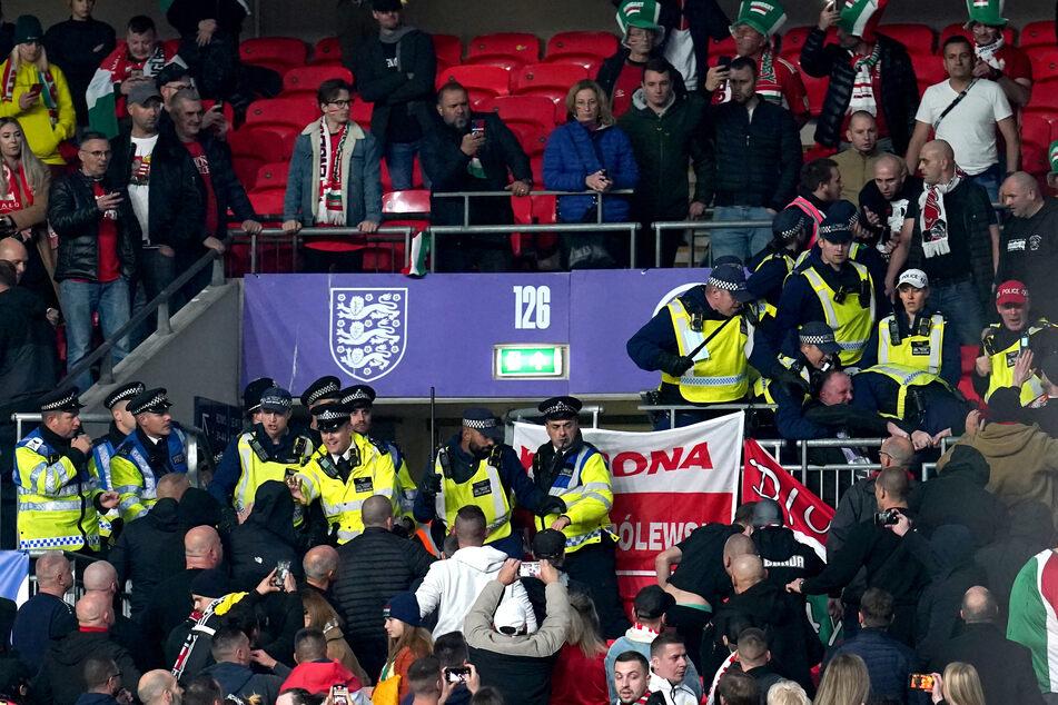 Solche Szenen will man im Fußball nicht sehen: Ungarische Fans und Polizisten gerieten auf der Tribüne aneinander!