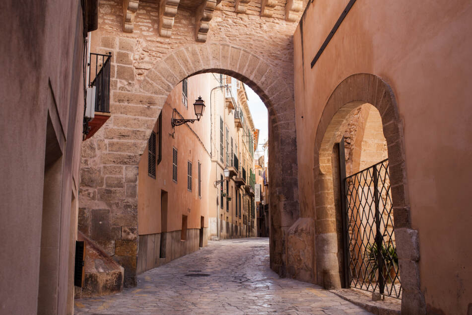 In Palma de Mallorca stürzte ein kleines Kind in einen Gully. (Symbolbild)