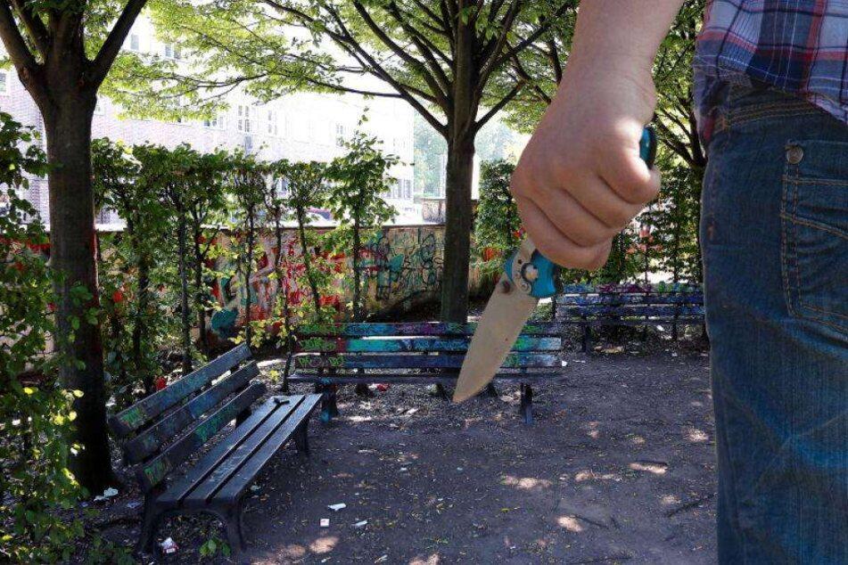 Mann mit Messer bedroht und ausgeraubt