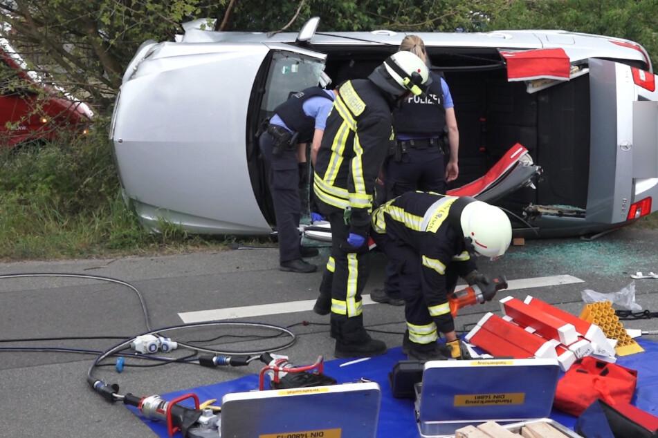 Krampfanfall: Mercedes-Fahrer überschlägt sich und muss aus Auto geschnitten werden