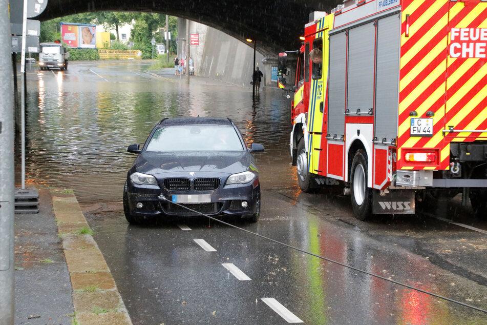 Die Bahnunterführung in der Frankenberger Straße in Chemnitz stand komplett unter Wasser. Die Feuerwehr musste einen BMW aus der riesigen Pfütze ziehen.