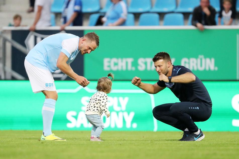Herrlich! CFC-Coach Daniel Berlinski (35) jubelte mit dem Töchterchen von Kevin Freiberger (32).
