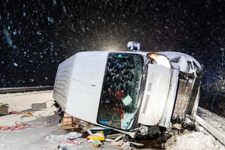 Horror-Unfall bei Glätte: Fahrer wird aus Kleintransporter geschleudert und stirbt