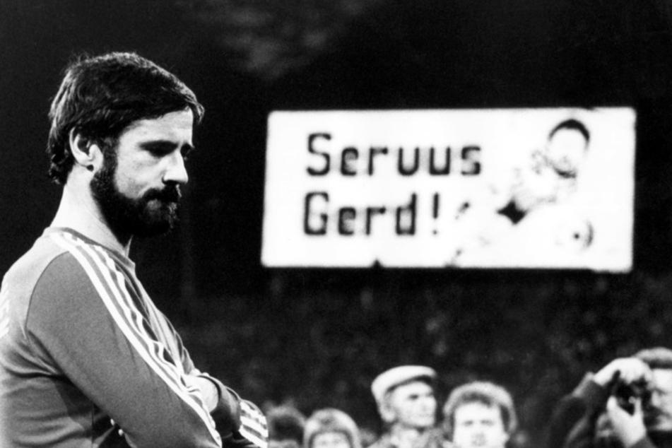 """""""Servus Gerd"""" heißt es auf der Anzeigetafel des Olympiastadions, wo Gerd Müller (l.) am 20. September 1983 seine sportliche Karriere beendet. (Archivbild)"""