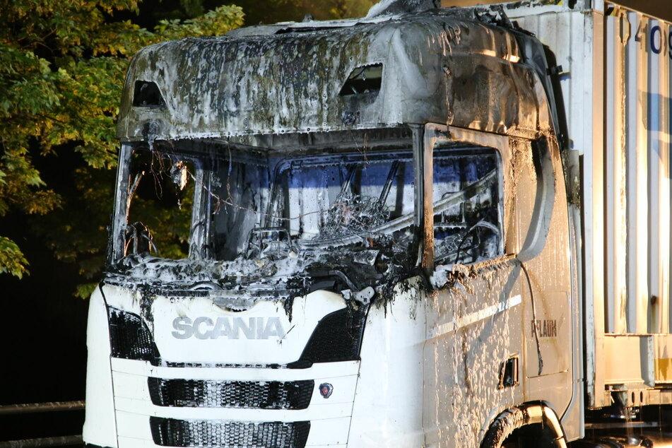 Während der Fahrt: Lkw geht in Flammen auf!