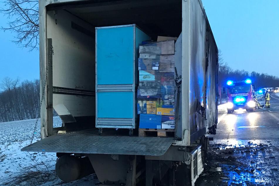 Verletzt wurde bei dem Feuer niemand. Warum der Kühlanhänger des Lkws in Brand geraten war, blieb zunächst unklar.