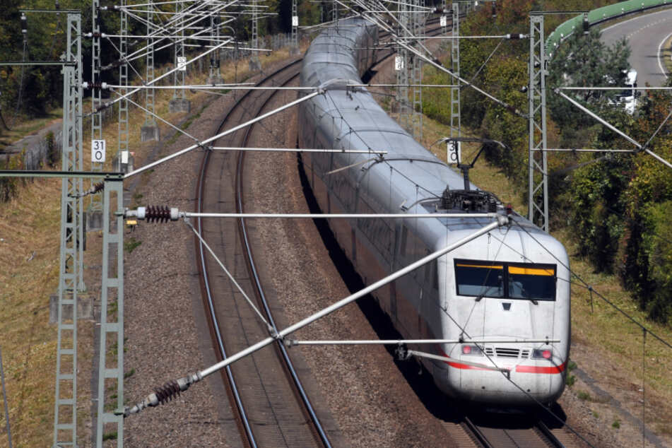 Ein ICE der Deutschen Bahn fährt bei Wiesental auf der Schnellfahrstrecke Mannheim-Stuttgart.