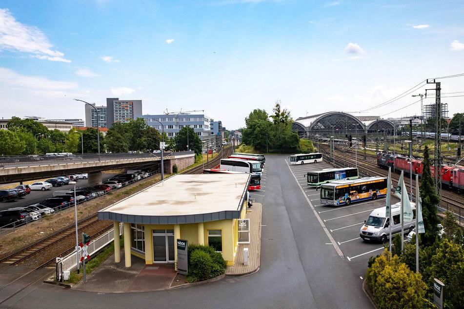Die letzte Grünfläche vor dem Hauptbahnhof verwandelt sich in den nächsten Jahren in ein Fernbus-Terminal. Das Grundstück wurde günstig verkauft.