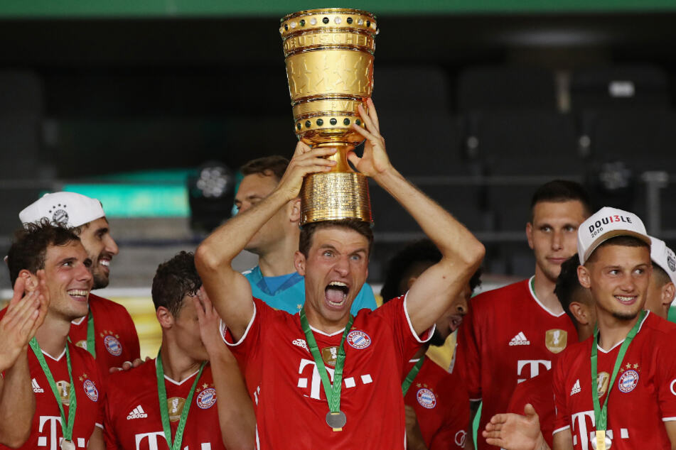 Thomas Müller (30) krönt sich nach dem Sieg mit dem DFB-Pokal.