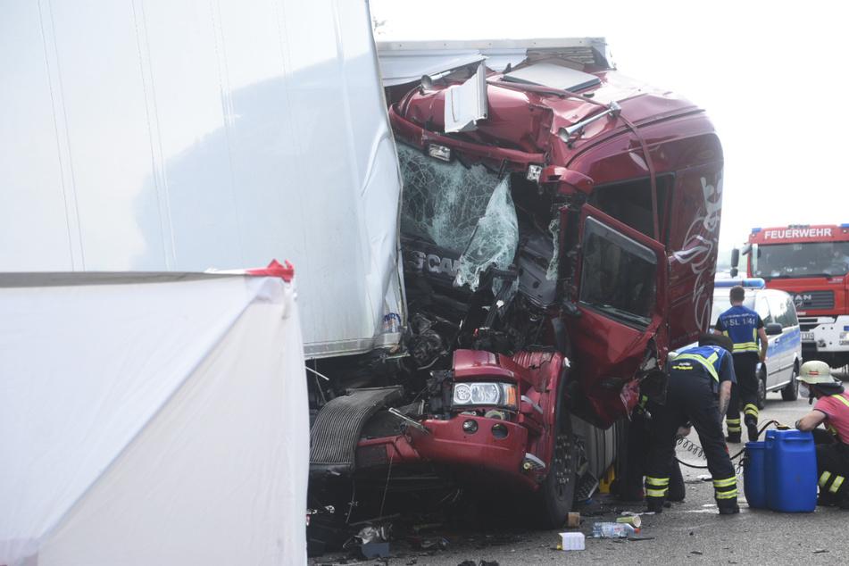 Das Führerhaus eines Lkw wurde durch den Unfall völlig demoliert.