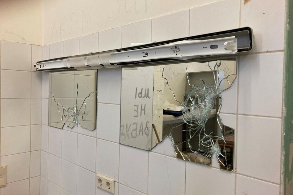 Auch die Spiegel in der Zelle wurden demoliert, Wände mit russischen Wörtern beschmiert.