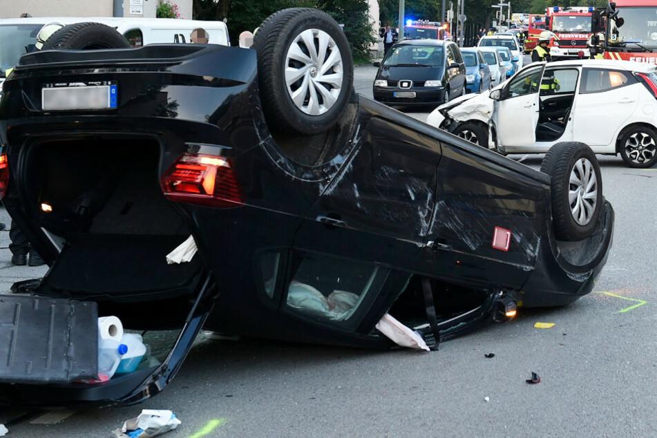 München: Toyota-Fahrerin übersieht VW: Auto überschlägt sich, Mann bei Unfall in München verletzt