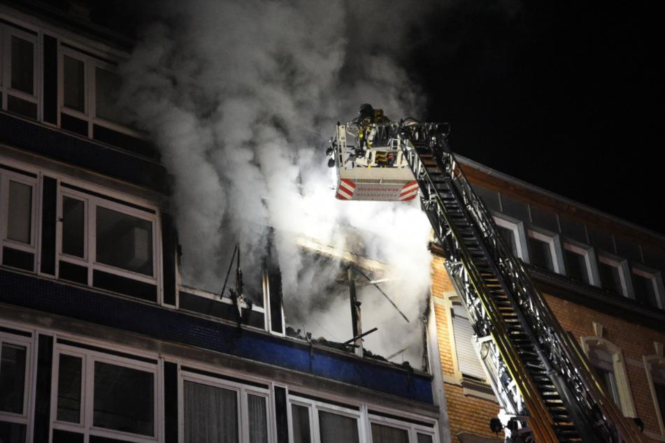 Brand in Mehrfamilienhaus in Mannheim: Bewohner von Feuerwehr befreit