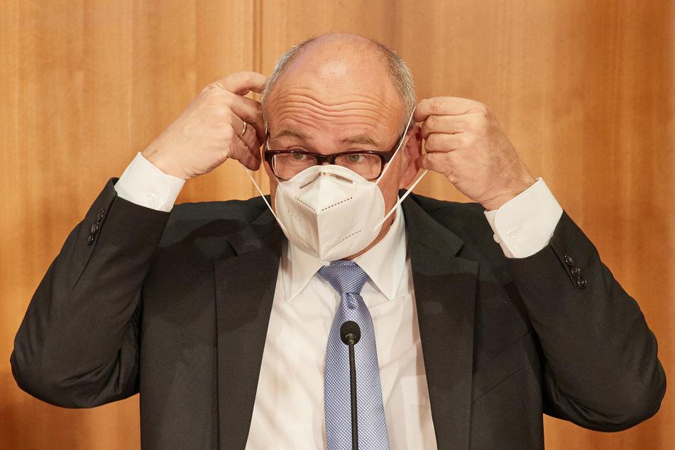 """Ties Rabe (SPD), Schulsenator, setzt sich im Anschluss an eine Pressekonferenz zu """"Corona-Daten an Schulen"""" eine Maske auf."""