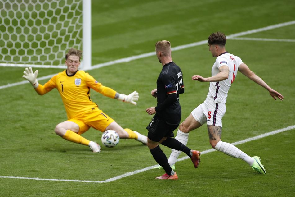 Die einzige echte deutsche Chance im ersten Durchgang. Doch Timo Werner (M.) scheitert mit seinem Versuch an Englands Keeper Jordan Pickford (l.).