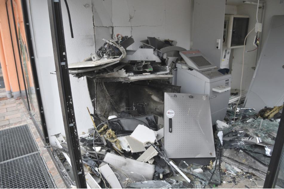 Täter-Duo sprengt Geldautomat und rast mit Beute davon