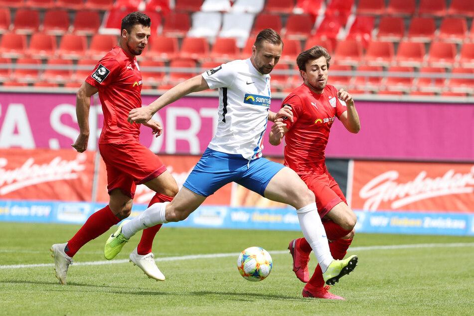 FSV-Kicker Davy Frick im Duell mit John Verhoek und Marcus Godinho (Rostock).
