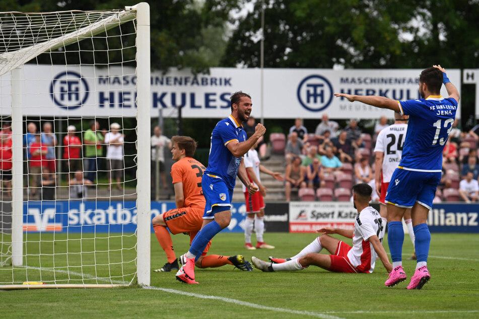 Der FC Carl Zeiss Jena um Fabian Eisele (M., im blauen Trikot) und Vasileios Dedidis (r.) hat bislang überragend abgeliefert. Kann der FCC auch am Mittwoch jubeln?