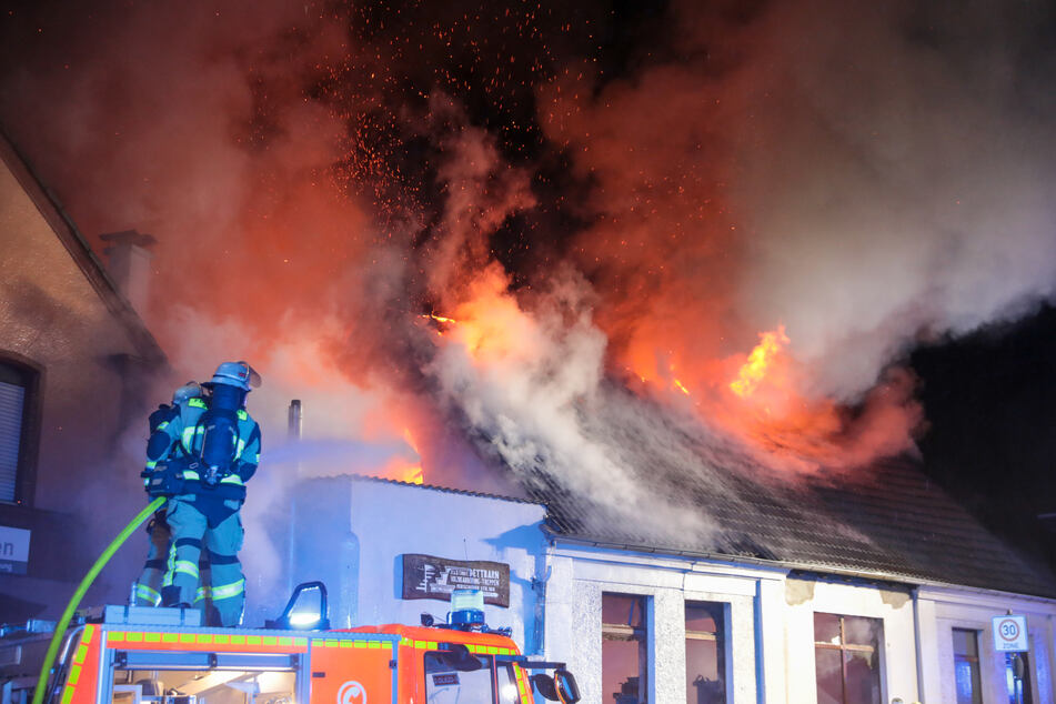 Großbrand in Schreinerei: Mindestens sechs Menschen evakuiert