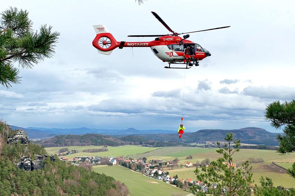 Die Retter wurden mit dem Hubschrauber zum Verletzten gebracht, ehe sie den Unglücksort (mit diesem an der Seilwinde) wieder verließen.