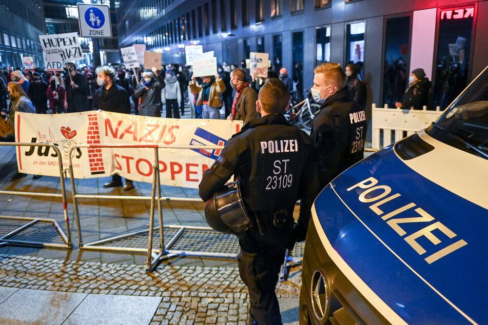 Polizisten beobachteten die Gegendemonstration von Halle gegen Rechts genau.