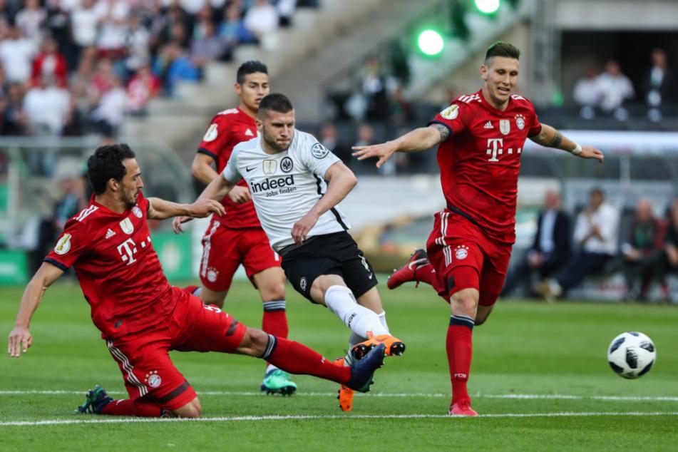 DFB-Pokalfinale 2018: Ante Rebic (26, weißes Trikot) bricht durch und bringt die Eintracht 1:0 in Führung. Die offene Rechnung nach der 1:3-Niederlage haben sie beim FC Bayern nicht vergessen.