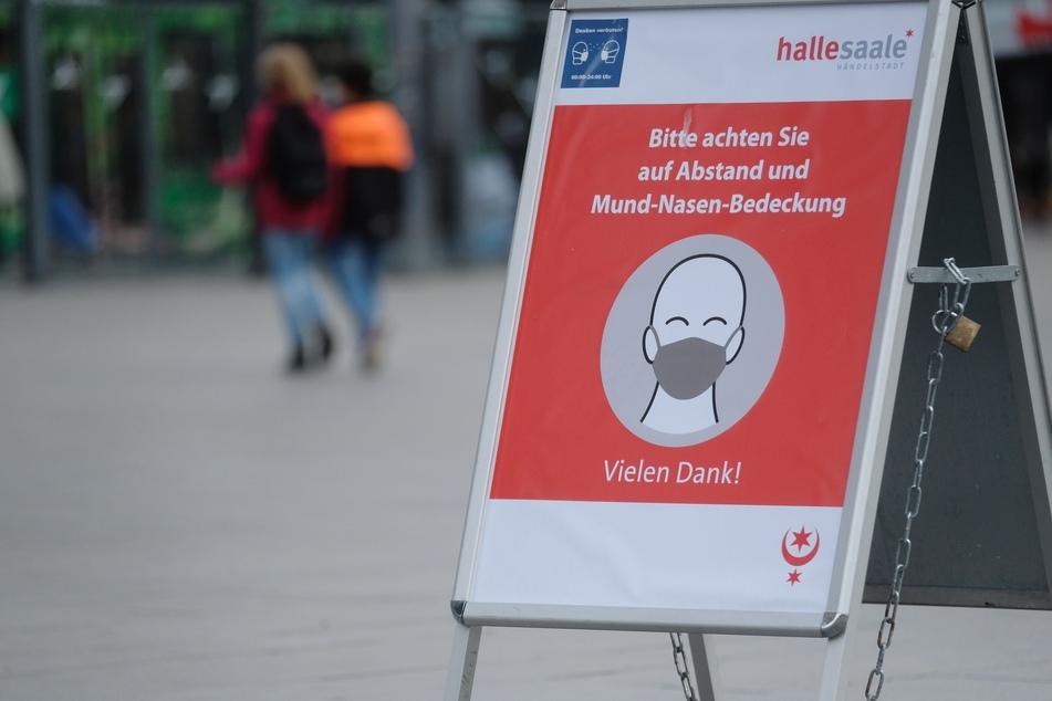 Ein Schild weist in Halle (Saale) auf die Einhaltung der Hygienevorschriften hin. In Sachsen-Anhalt werden am Dienstag erneut die Corona-Regeln vor dem Verfassungsgericht verhandelt.