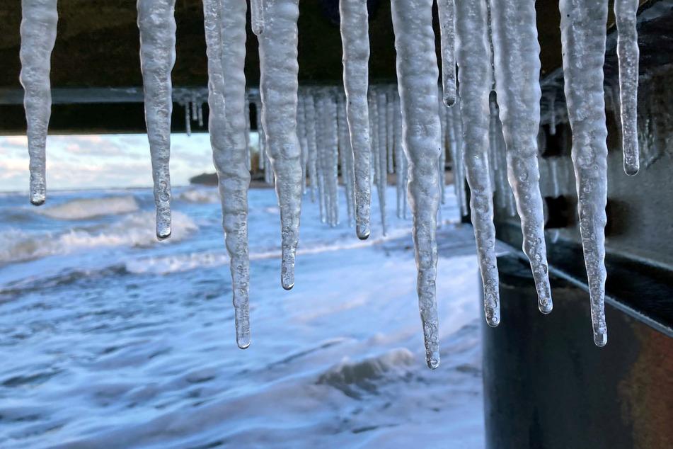 Menschen in Norddeutschland müssen sich auf eisige Kälte und starken Wind gefasst machen.