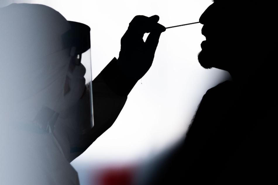 Bei einem Mann wird ein Abstrich für einen Corona-Test genommen. (Symbolbild)