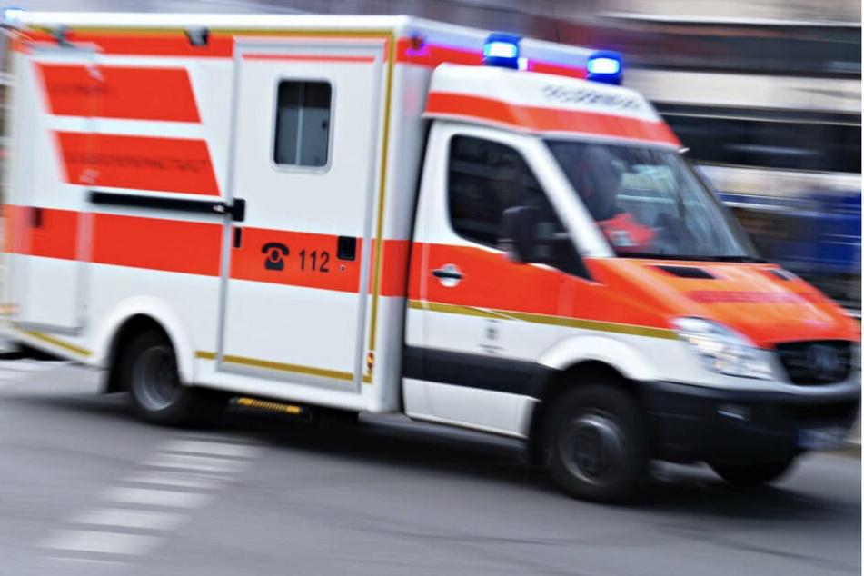 Caddy kollidiert in Ausfahrt mit Motorrad: 52-Jähriger schwer verletzt