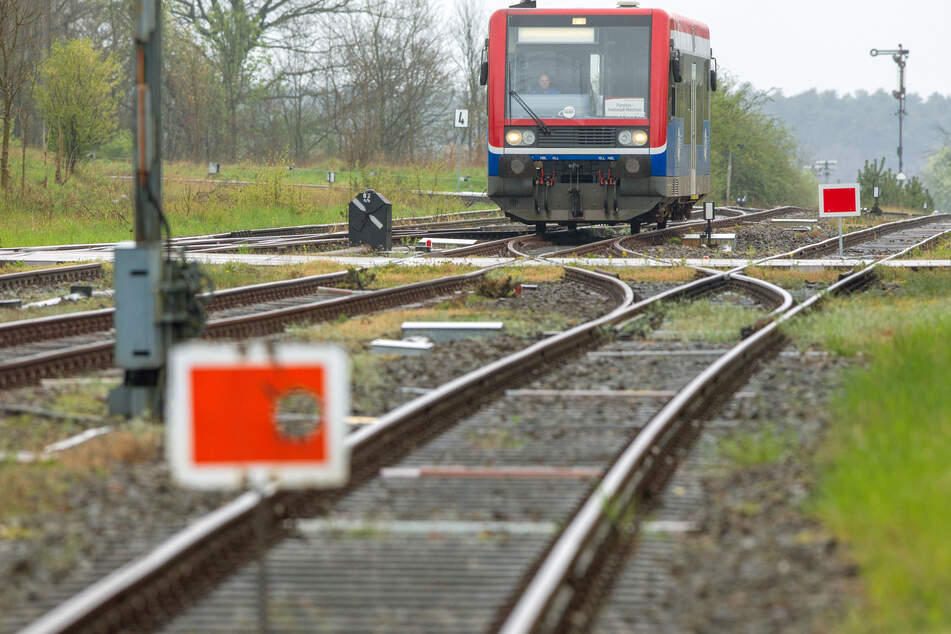 Ein Triebwagen der Hanseatischen Eisenbahngesellschaft fährt in den Bahnhof ein.
