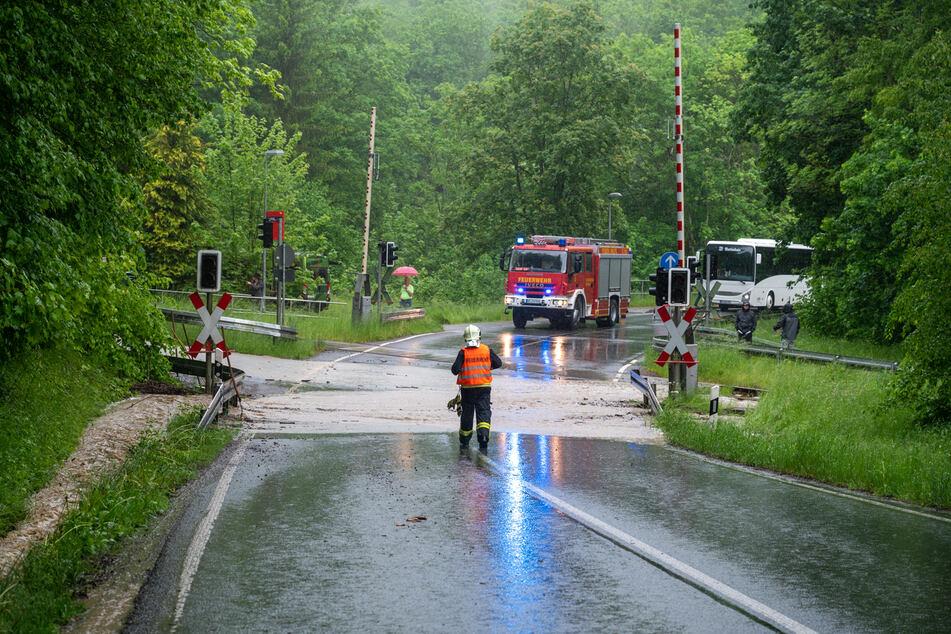 In Weimar-Legefeld stand am Sonntagvormittag ein Bahnübergang unter Wasser.