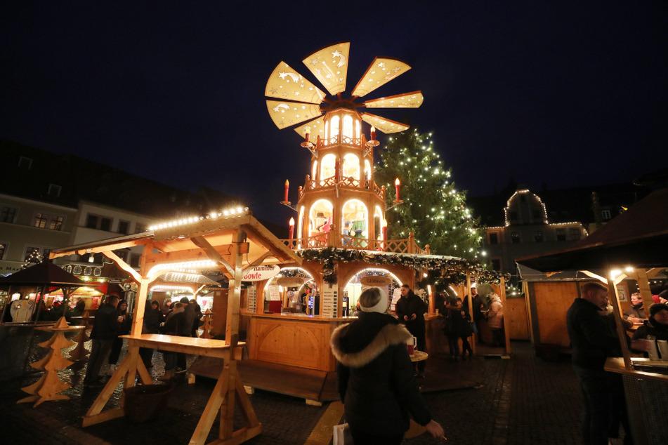 Besucher gehen über den Weihnachtsmarkt in Weimar. (Archiv)